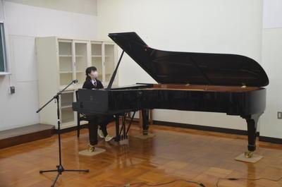 報告会ピアノ演奏.JPG