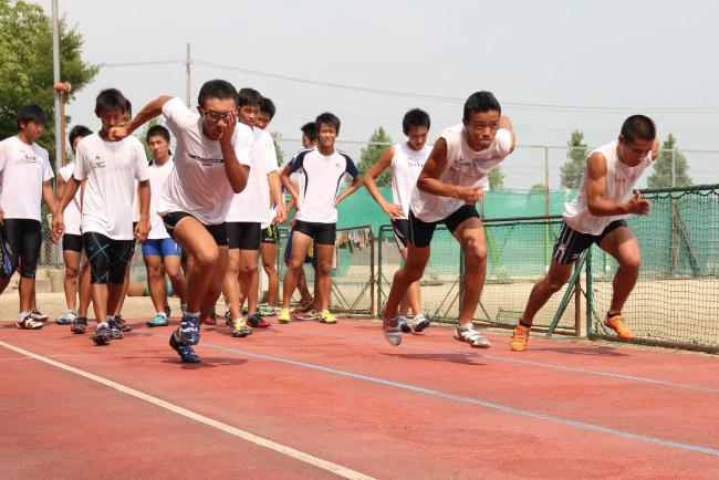 陸上競技 クラブ紹介 僕たちは「日本一」を目指して練習しています。先生方と仲間を... 陸上競技