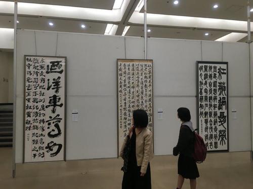 左端が伊東咲紀さんの作品です。 中国漢時代の木簡を臨書した作品です。