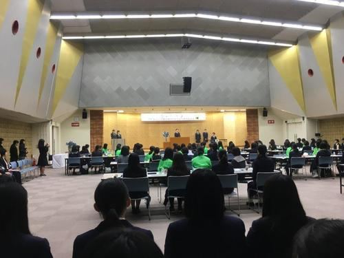 書道部門の開会式です。 今回、京都からは出品生徒だけでなく、来年の京都開催に向けての視察生徒も参加しました。 来年は現1、2年生がこの大会を運営していくことになります。
