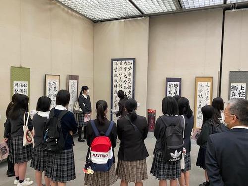 藤井さんのグループの講評会の様子です。 講師の先生から講評をいただいています。
