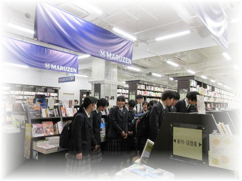 丸善(MARUZEN)京都本店に図書館用の本を選びに行きました。