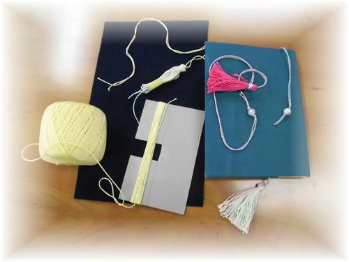 完成した文庫版ブックカバー(布製)とタッセルしおり、作りかけのタッセルしおり