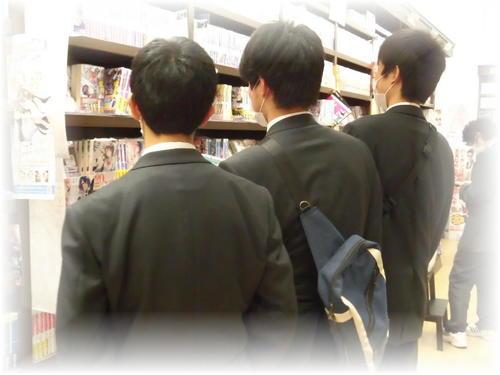 本を選んでいます