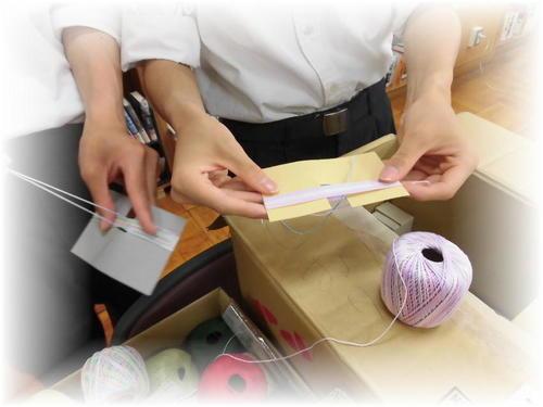 カラフルな糸を使ってタッセル作成中