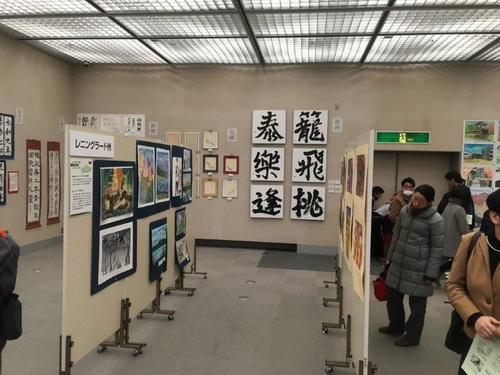 正面に見える正方形の紙に漢字一文字を書いた作品が洛西高校生の作品です。